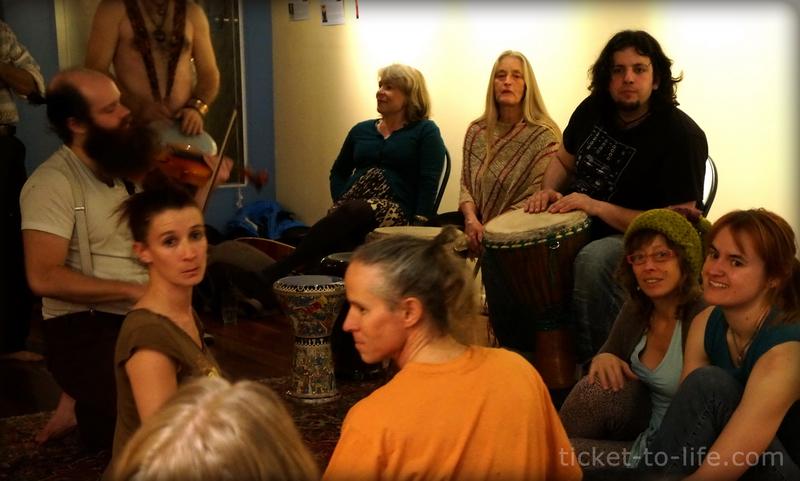"""Тут мы танцуем """"свободные танцы"""", барабаним на там-тамах, занимаемся йогой - растяжками, обнимаемся и пьем травяной чай."""